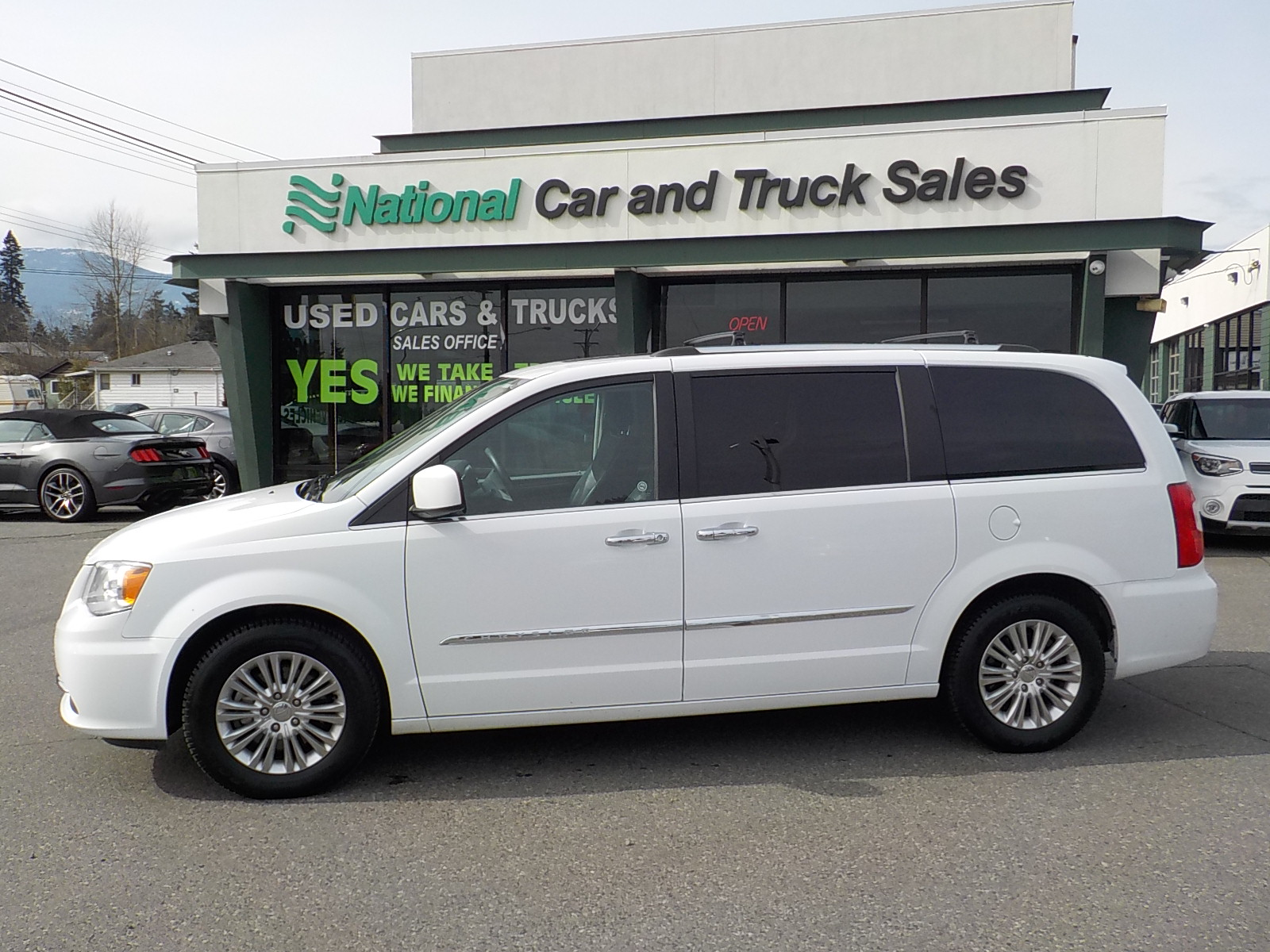 Used 2015 Chrysler Town and Country in Nanaimo,BC